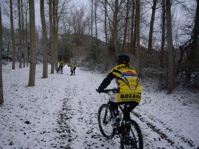 bici en condiciones adversas de clima. Fuente: http://cdn5.sportadictos.com/